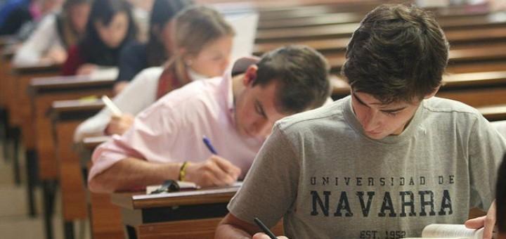 Alumnes fent examens