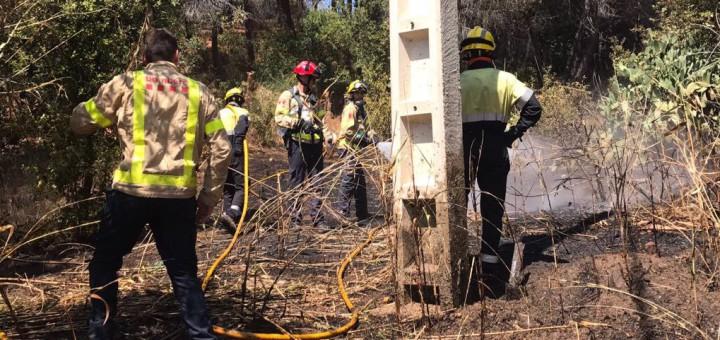 Efectius dels Bombers treballant aquest migdia en l'extinció de l'incendi a Calella