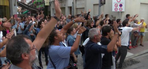 Ciutadans acomiadant els agents de la Policia Nacional allotjats a Calella, el passat 2 d'octubre del 2017