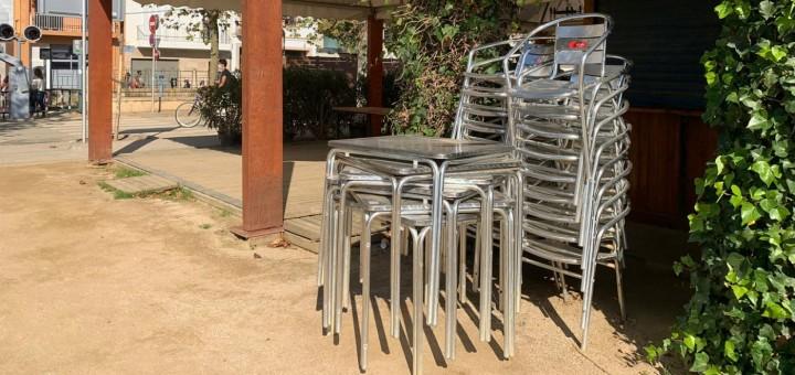 Cadires apilades a la terrassa d'un restaurant calellenc