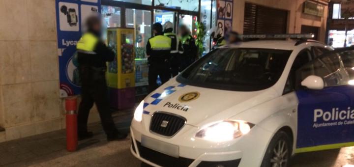 Agents de la Policia Local en el moment de la reducció de l'home