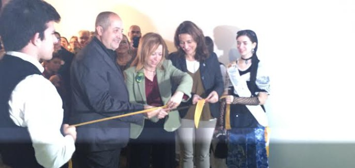 Montserrat Candini talla la cinta acompanyada per Felip Puig i Mercè Conesa, aquest matí