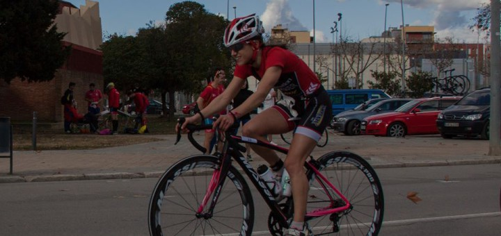 Anna Flaquer competint en el segment de bicicleta. Font: Facebook