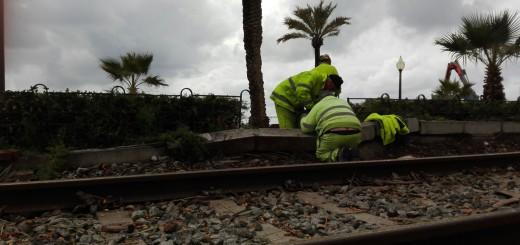 Operaris d'Adif treballen per restablir el servei de tren