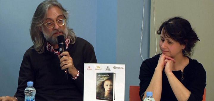 Víctor Amela acompanyat per Mar Arenaza divendres a la biblioteca Can Salvador de la Plaça