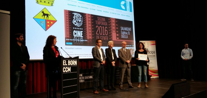 Lorena Sánchez rep en nom de l'Ajuntament el segell Infoparticipa. Font: Ajuntament Calella