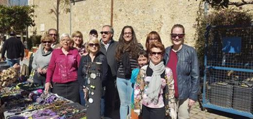 Foto de família dels voluntaris del mercat solidari. Font: Facebook