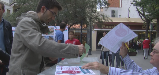 Un ciutadà votant en la Festa de la Participació del 2015