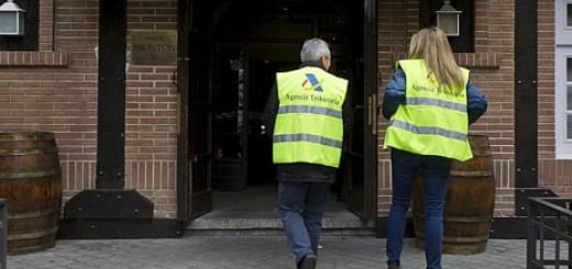 Dos inspectors d'Hisenda entrant en un establiment de Madrid