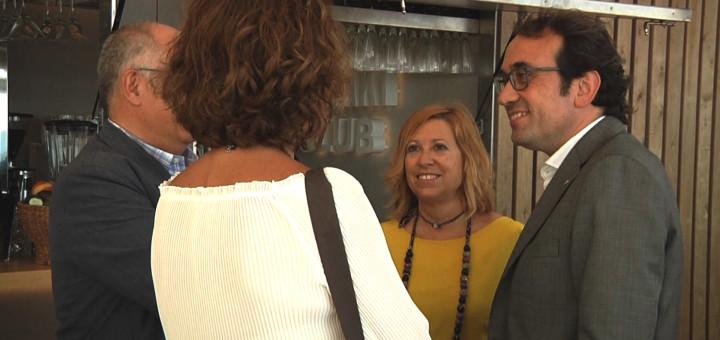 Josep Rull durant la seva visita ahir a Calella acompanyat per l'alcaldessa, Montserrat Candini