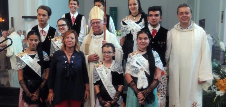 Mossèn Cinto Busquet acompanyat del Bisbe de Girona, membres del pubillatge i l'alcaldessa durant la Festa Major