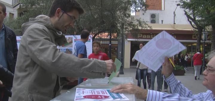 Ciutadà votant a la Festa de la Participació 2015