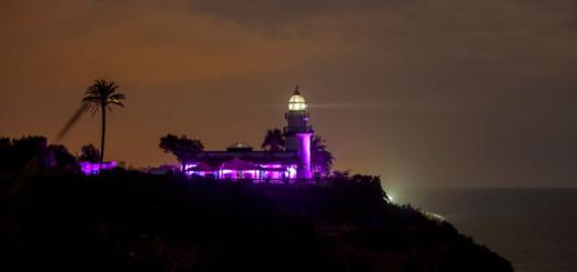 El far de Calella il·luminat de color lila en commemoració al Dia Internacional per l'Eliminació de la Violència Envers les Dones.