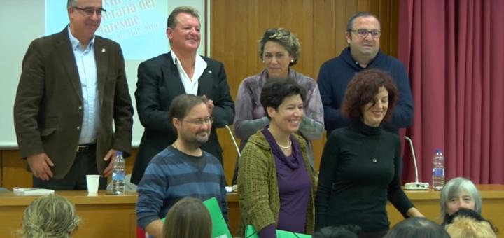 Núria Navarro, al mig de la imatge, recollint el premi literari del Maresme