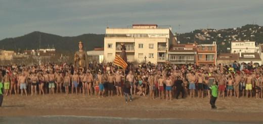 Participants de la Banyada Nadalenca instants abans de llançar-se a l'aigua