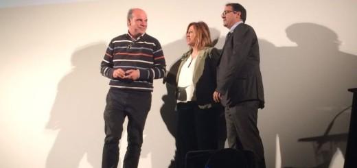 Josep Matas recollint insignia de plata de mans de Montserrat Candini i Xavier Rigola