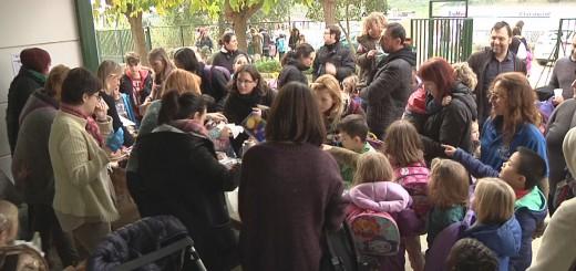 Familiars i alumnes de l'Escola Salicrú durant berenar celebrat ahir dijous