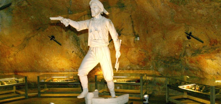 Interior de la cova de Dragut a Cullera (València)