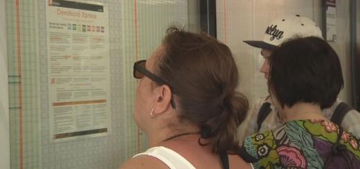 Usuaris de Rodalies consultant les condicions de la devolució Xpress a l'estació de Calella