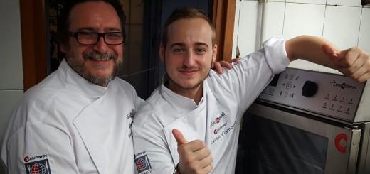 Xavier Viamonte, a la dreta, a la cuina del restaurant La Tapa Teka
