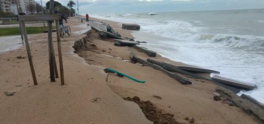 Pineda de Mar. Tram del passeig marítim malmès per les onades que han descalçat el carril bici durantel temporal del dia 19