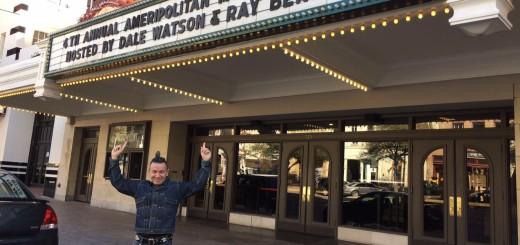 Carlos Díaz a l'entra del del Paramount Theatre d'Austin hores abans de la gala dels Ameripolitan Music Awards