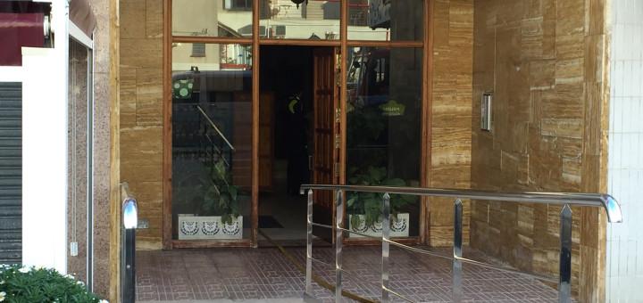 Portal de l'edifici afectat al carrer Joan Maragall, aquesta tarda