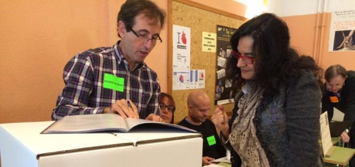 Voluntaris del 9-N a Calella organitzant la jornada de votacions a l'Institut