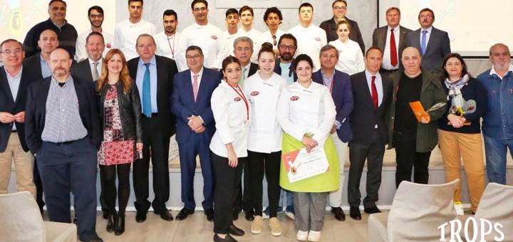 """Nadia Esteban, a la dreta amb davantal verd, en el moment del lliurament de premis del concurs """"El aguacate en la cocina"""""""