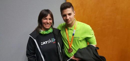 Raúl Rodríguez lluint la medalla de bronze de l'Spainskills amb la seva professora, Teresa Gil