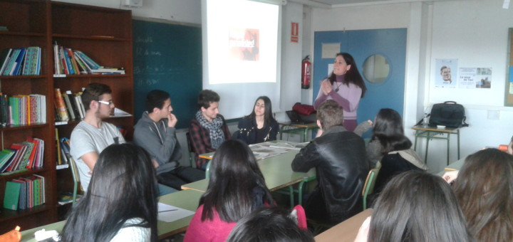Alumnes de l'Institut Júlia Minguell de Badalona amb la ponent, Marta Hernández