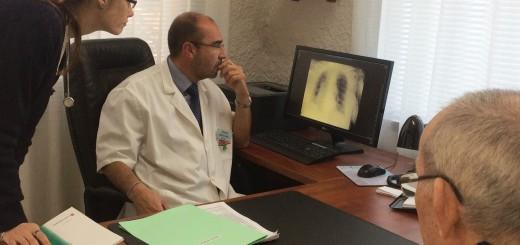 Professionals de la Residència La Maresma consultant la Història Clínica d'un pacient