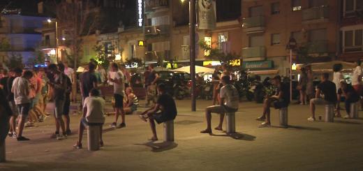 Joves turistes a la zona d'oci nocturn en una imatge d'arxiu