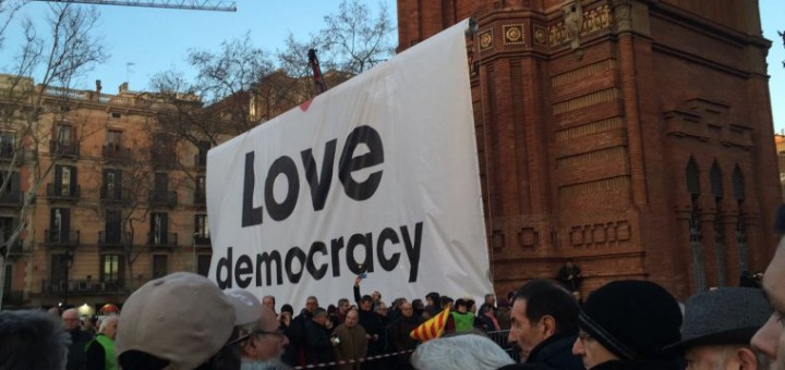 pancarta-love-democracy
