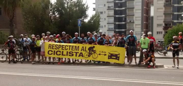 Ciclistes concentrats demanant respecte a la carretera