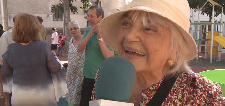 Pilarín Bayés en la inauguració del Carrer dels Contes, el juliol passat