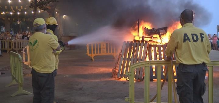 Agents de l'ADF controlant la foguera de Sant Joan (aquesta nit)