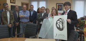 Puigdemont obsequiat amb una litografia representativa de la tradició sardanista a Calella