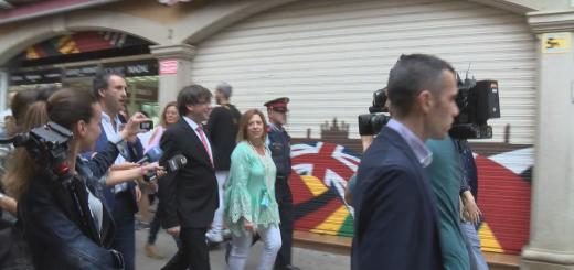 L'alcaldessa acompanyada del president Puigdemont en la seva visita a Calella