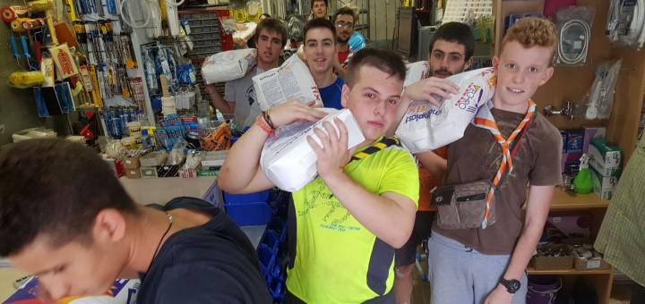 Joves voluntaris col·laborant en la rehabilització del nou centre de distribució de SOS Refugiados