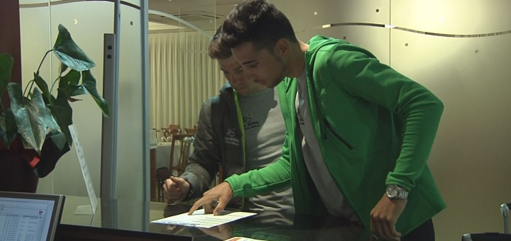 Esportistes registrant-se en un hotel de Calella