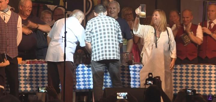Autoritats realitzant el tradicional degollament del barril amb el que s'inaugura l'Oktoberfest, en una imatge d'arxiu