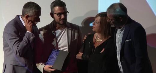 """Josue Ramos (millor director i millor pel·lícula per """"Bajo la Rosa"""") rebent el premi de mans de l'Alcaldessa"""