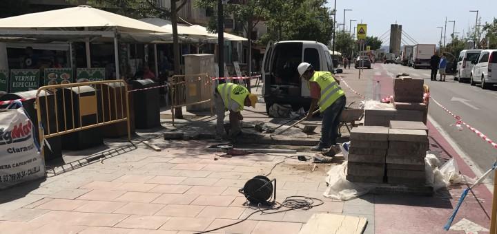 Operaris treballant en la reparació del paviment de la Riera Capaspre en una imatge d'arxiu