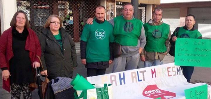 Mohammed el Fallak (segon per la dreta) acompanyat per membres d'Stop Deshaucios en un acte de protesta a la plaça de l'Ajuntament