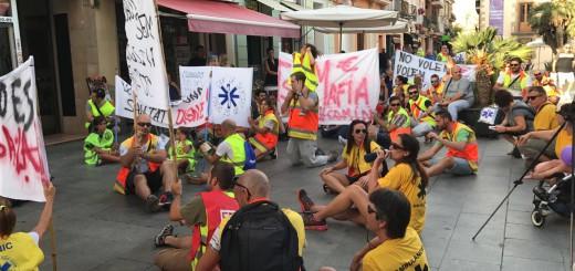 Protesta dels treballadors del transport sanitari a Calella