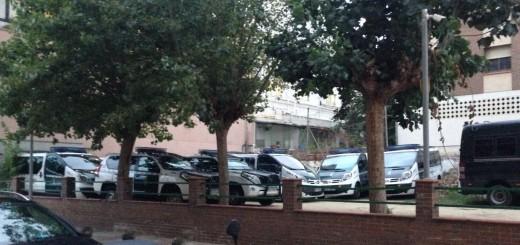 Vehicles de la Guàrdia Civil estacionats a prop de la caserna de Calella