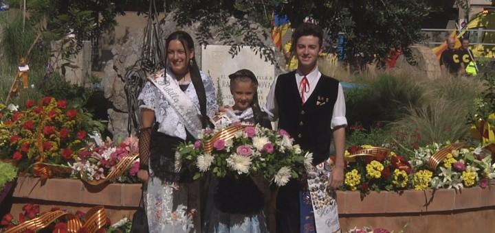 Ariadna Coll i Pau Feliu, Pubilla i Hereu de Calella 2016, acompanyats de la Pubilleta a l'ofrena floral de l'Onze de Setembre