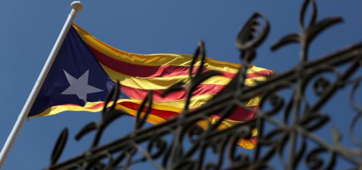 Una bandera separatista catalana se ve en la ciudad de Calella, al norte de Barcelona, España, 5 de septiembre de 2017. REUTERS/Albert Gea