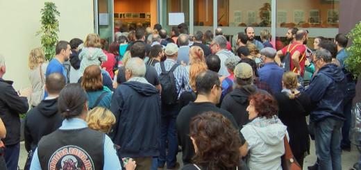 Gent esperant per votar, ahir a la Biblioteca